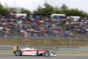 Raffaele Marciello gewinnt das Rennen. Foto: FIA F3 / Suer